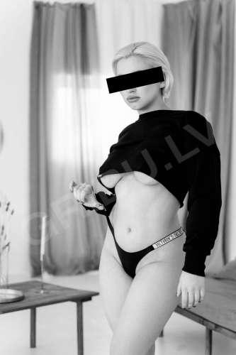 Adelina  (25 gadi)